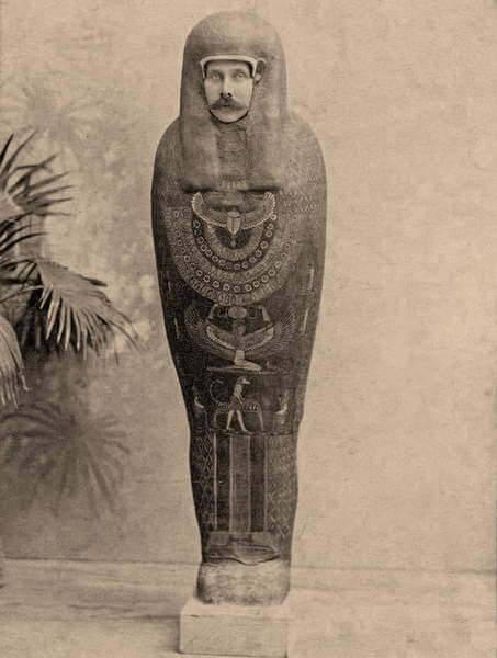 El archiduque Francisco Fernando de Austria posando como una momia durante su visita a El Cairo, 1894.